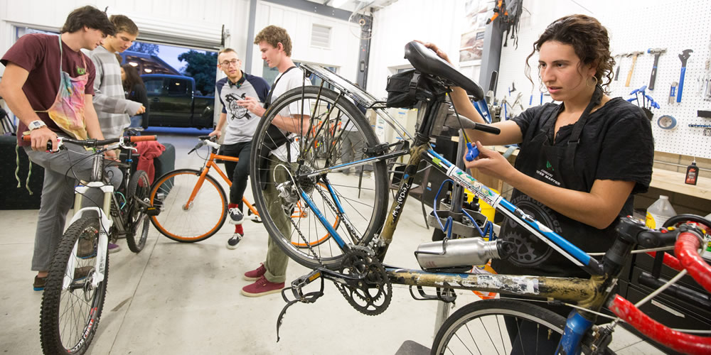 Students working in the Green Bike Program